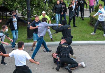 Диктатура посыпалась. Терпилы п…дят ментов. Минск, Ебург, Хабаровск