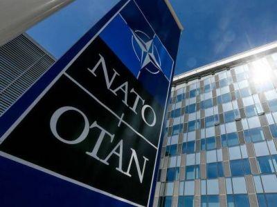НАТО высылает 8 российских дипломатов из-за подозрений РФ в убийствах и шпионаже